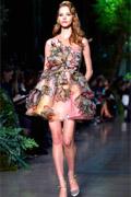 http://supermodels-online.com/models/sasha-luss/fashionweek/couture/s15/eliesaab/1.htm